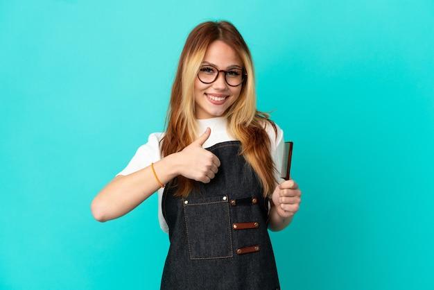 Jonge kapper meisje over geïsoleerde blauwe achtergrond geven een duim omhoog gebaar