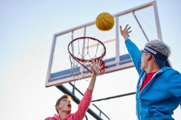 Jonge kaukasische basketbalspelers in actie