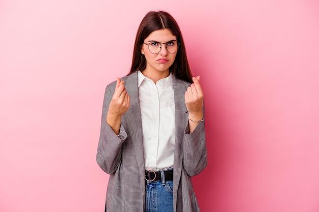 Jonge kaukasische bedrijfsvrouw die op roze muur wordt geïsoleerd die toont dat zij geen geld heeft.