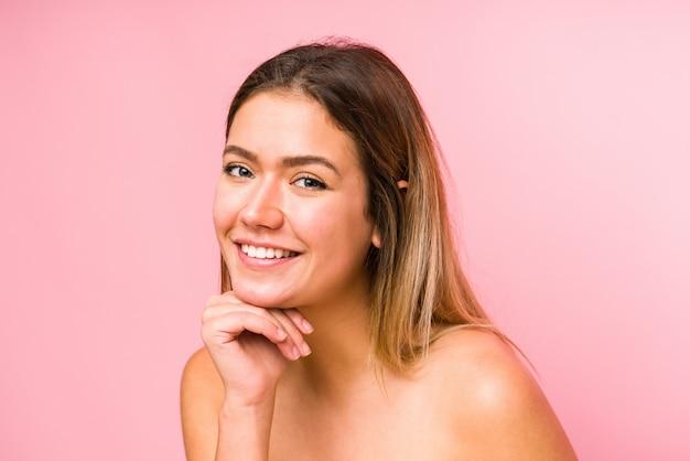 Jonge kaukasische dichte omhooggaand van het vrouwengezicht