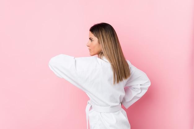 Jonge kaukasische geïsoleerde karatevrouw