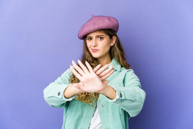 Jonge kaukasische leuke vrouw die een ontkenningsgebaar doet