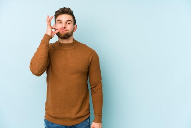 Jonge kaukasische mens die met vingers op lippen een geheim houdt.