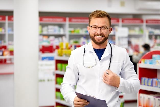 Jonge kaukasische positieve mannelijke apotheker arts