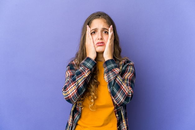 Jonge kaukasische schattige vrouw troosteloos janken en huilen.