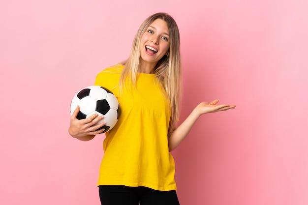 Jonge kaukasische sportieve vrouw over roze muur
