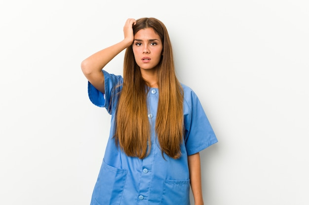 Jonge kaukasische verpleegster wordt geschokt