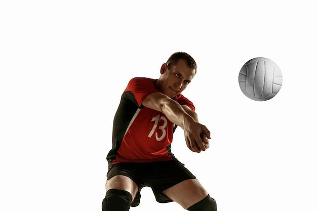 Jonge kaukasische volleyballspeler die op witte achtergrond wordt geïsoleerd