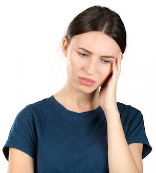 Jonge kaukasische vrouw die aan een hoofdpijn lijdt die op wit wordt geïsoleerd