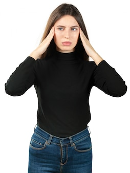 Jonge kaukasische vrouw die aan een hoofdpijn lijdt die op witte achtergrond wordt geïsoleerd