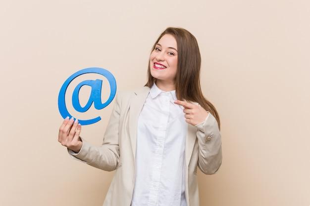 Jonge kaukasische vrouw die bij pictogram houdt