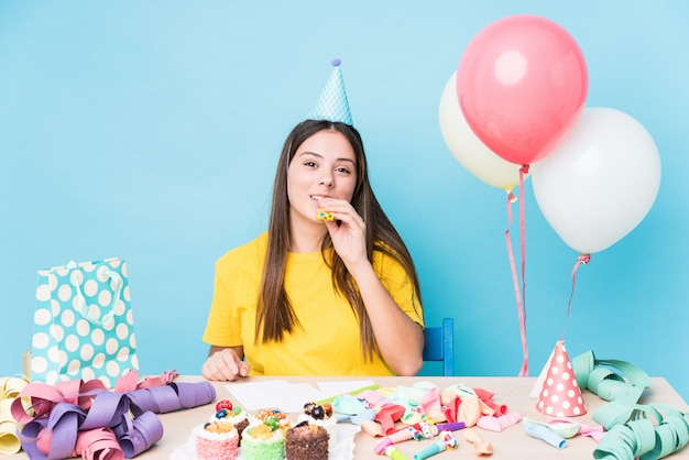 Jonge kaukasische vrouw die een verjaardagspartij voorbereidt