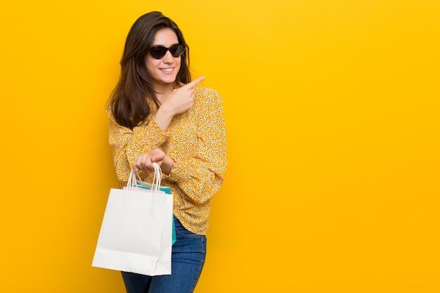 Jonge kaukasische vrouw die gaat winkelen