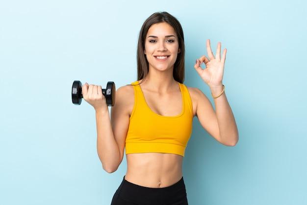 Jonge kaukasische vrouw die gewichtheffen maakt