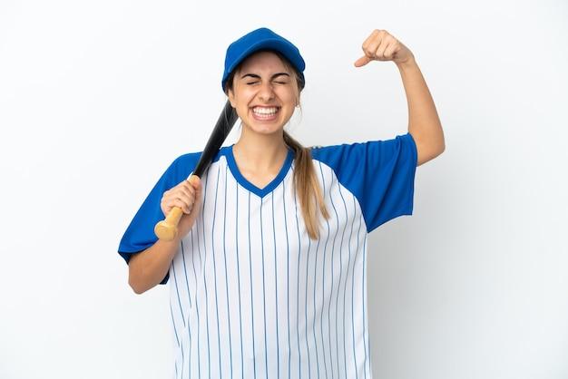 Jonge kaukasische vrouw die honkbal speelt geïsoleerd doet sterk gebaar