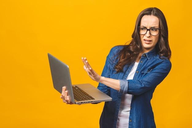 Jonge kaukasische vrouw die laptop met open hand met behulp van die stopbord doet