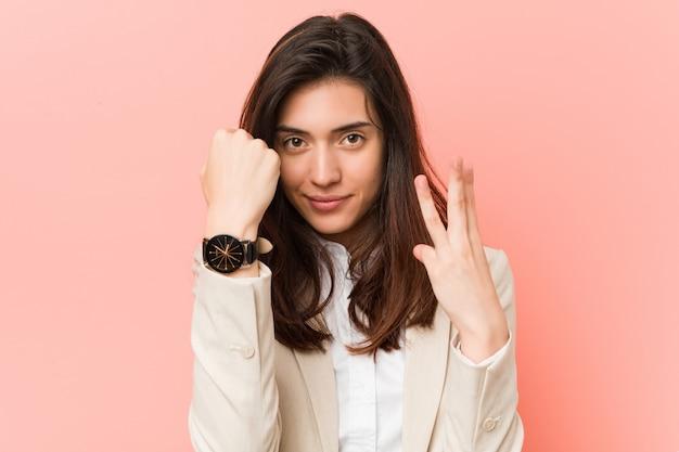 Jonge kaukasische vrouw die over de tijd denkt