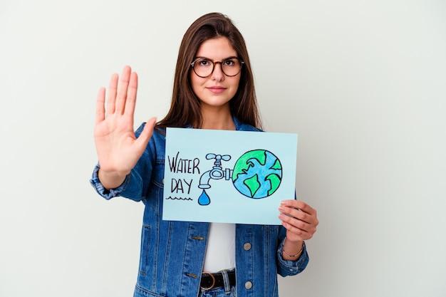 Jonge kaukasische vrouw die wereldwaterdag viert die op roze glimlachend vrolijk wordt geïsoleerd dat nummer vijf met vingers toont.