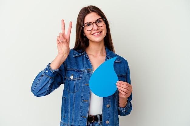 Jonge kaukasische vrouw die wereldwaterdag viert die op roze status met uitgestrekte hand wordt geïsoleerd die stopbord toont, dat u verhindert.