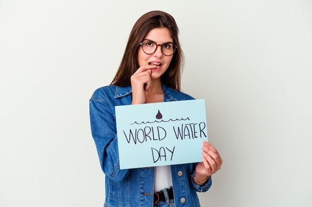 Jonge kaukasische vrouw die wereldwaterdag viert die op roze wordt geïsoleerd die nummer één met vinger toont.