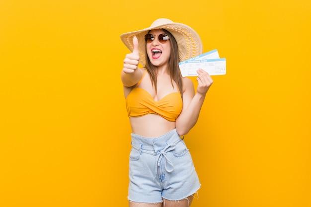 Jonge kaukasische vrouw klaar om naar het strand met luchtkaartjes te gaan