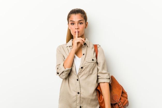 Jonge kaukasische vrouw klaar voor een reis die een geheim houdt of om stilte vraagt.