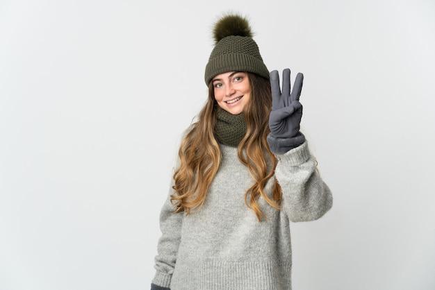 Jonge kaukasische vrouw met geïsoleerde de winterhoed