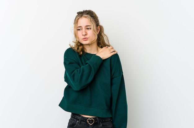 Jonge kaukasische vrouw op wit met een schouderpijn.