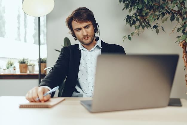 Jonge kaukasische zakenman die videogesprek met cliëntenpartners houdt