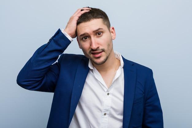 Jonge kaukasische zakenman die wordt geschokt, heeft hij belangrijke vergadering herinnerd.