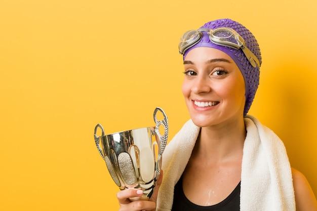 Jonge kaukasische zwemmervrouw die een overwinning viert