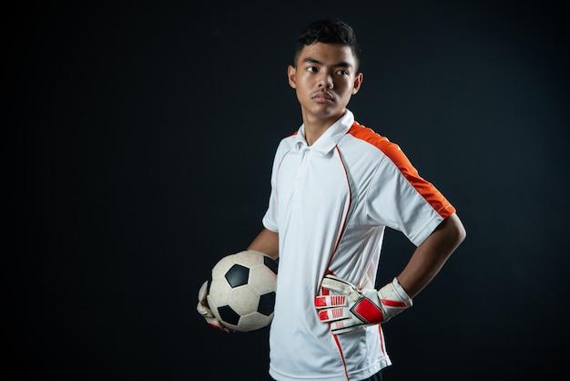 Jonge keeper voetbal man geïsoleerd van academie voetbalteam