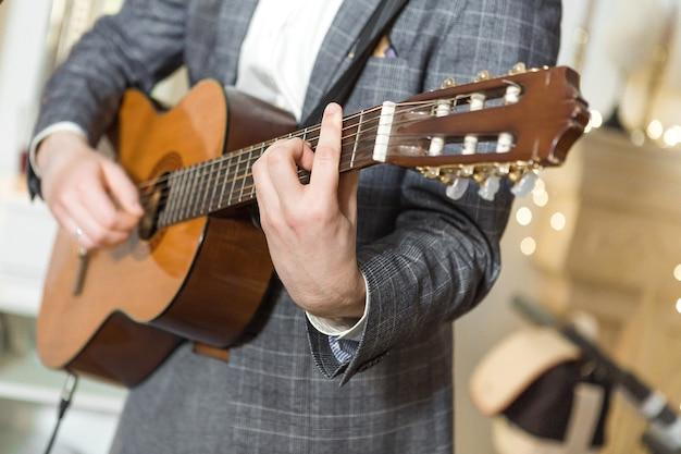 Jonge kerel gitaarspelen, close-up