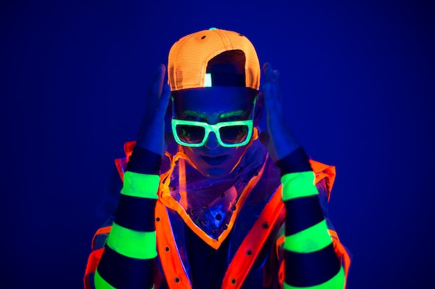 Jonge kerel in creatief kostuum met neongloed.