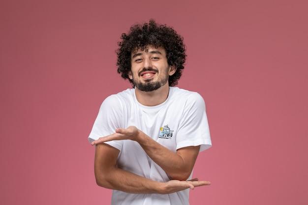 Jonge kerel toont gemakkelijk peasy gebaar