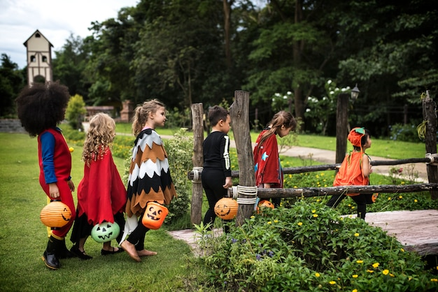 Jonge kinderen bedriegen of behandelen tijdens halloween