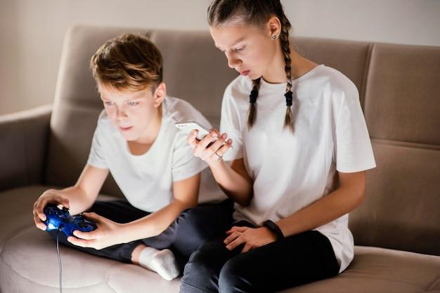 Jonge kinderen die apparaat gebruiken