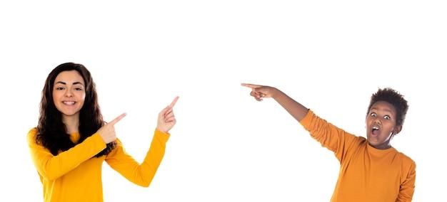 Jonge kinderen die iets aangeven met de vinger die op een wit wordt geïsoleerd
