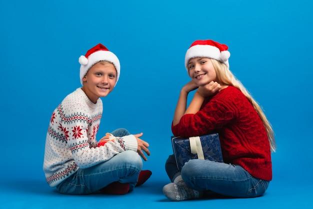 Jonge kinderen dragen volledige schot van santahoeden