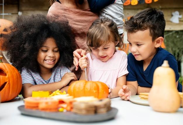Jonge kinderen snijwerk halloween jack-o-lanterns