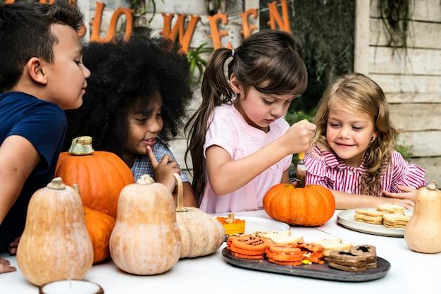 Jonge kinderen snijwerk halloween jack-o'-lanterns