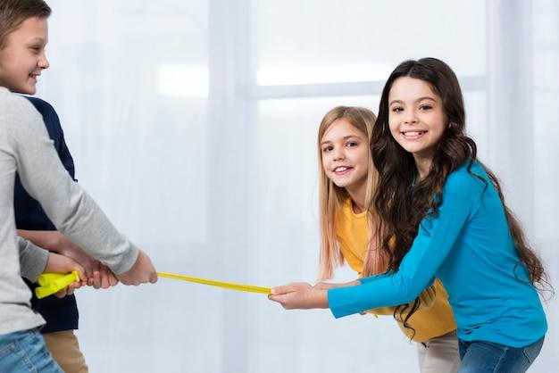 Jonge kinderen spelen