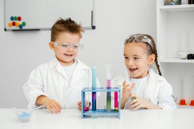 Jonge-kindwetenschappers die plezier hebben bij het doen van experimenten