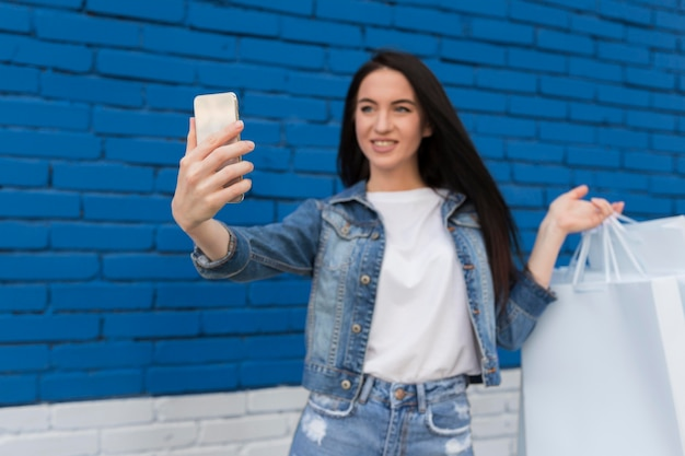 Jonge klant die een selfie neemt