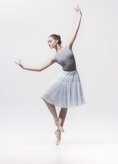 Jonge klassieke danser die op wit wordt geïsoleerd.