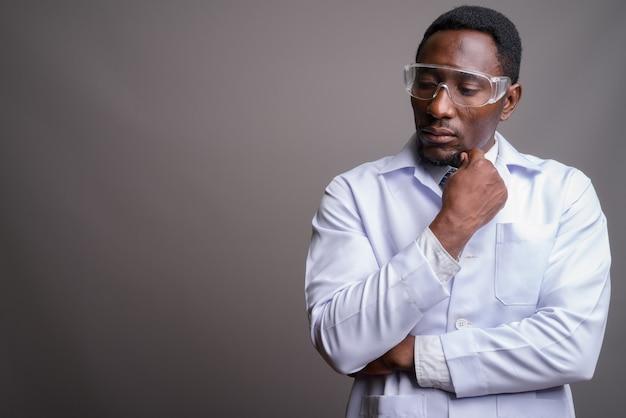 Jonge knappe afrikaanse man arts draagt een beschermende bril aga