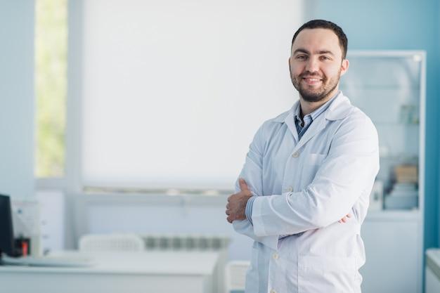 Jonge knappe arts binnen op het ziekenhuiskantoor