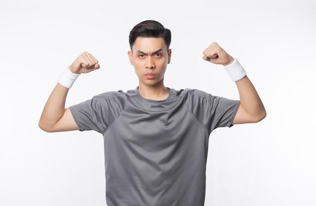 Jonge knappe aziatische sportmens die sterkte toont