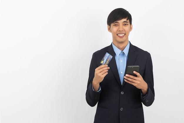 Jonge knappe aziatische zakenman met smartphone
