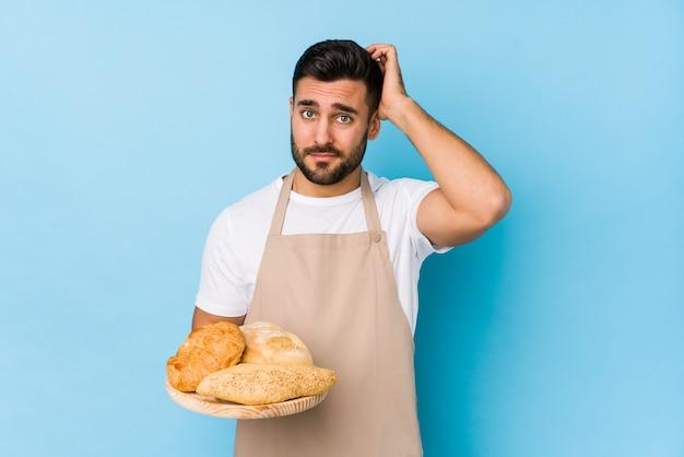 Jonge knappe bakkersman die geschokt is, herinnert ze zich een belangrijke ontmoeting.